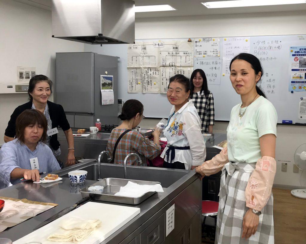 対馬千賀子講師と生徒たち